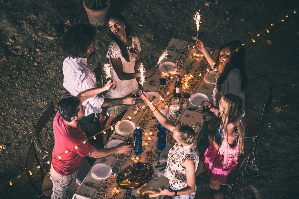 Vrei să organizezi o petrecere în aer liber? Descoperă cum TREBUIE să îți amenajezi grădina!