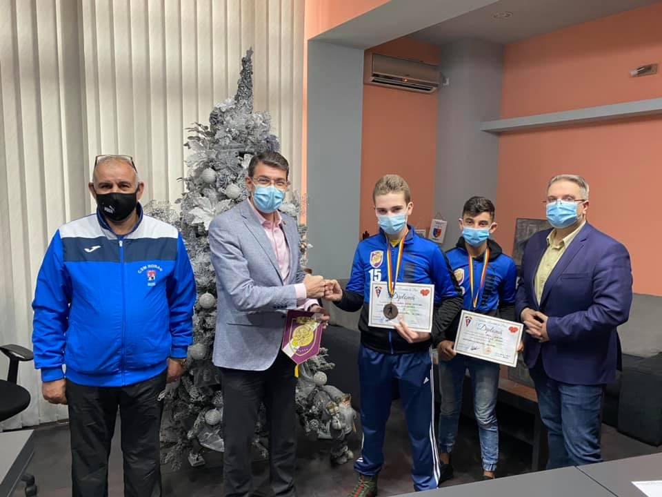 Sportivii secției de Box a CSM Roman, premiați de primarul Achiriloaei