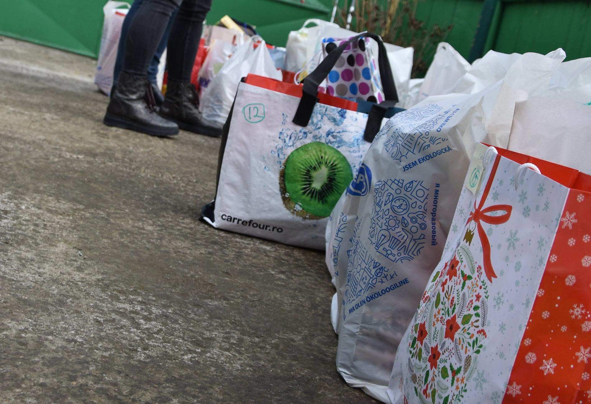 Donațiile romașcanilor și tinerii PTPI Roman au făcut un Crăciun mai frumos pentru 22 de familii