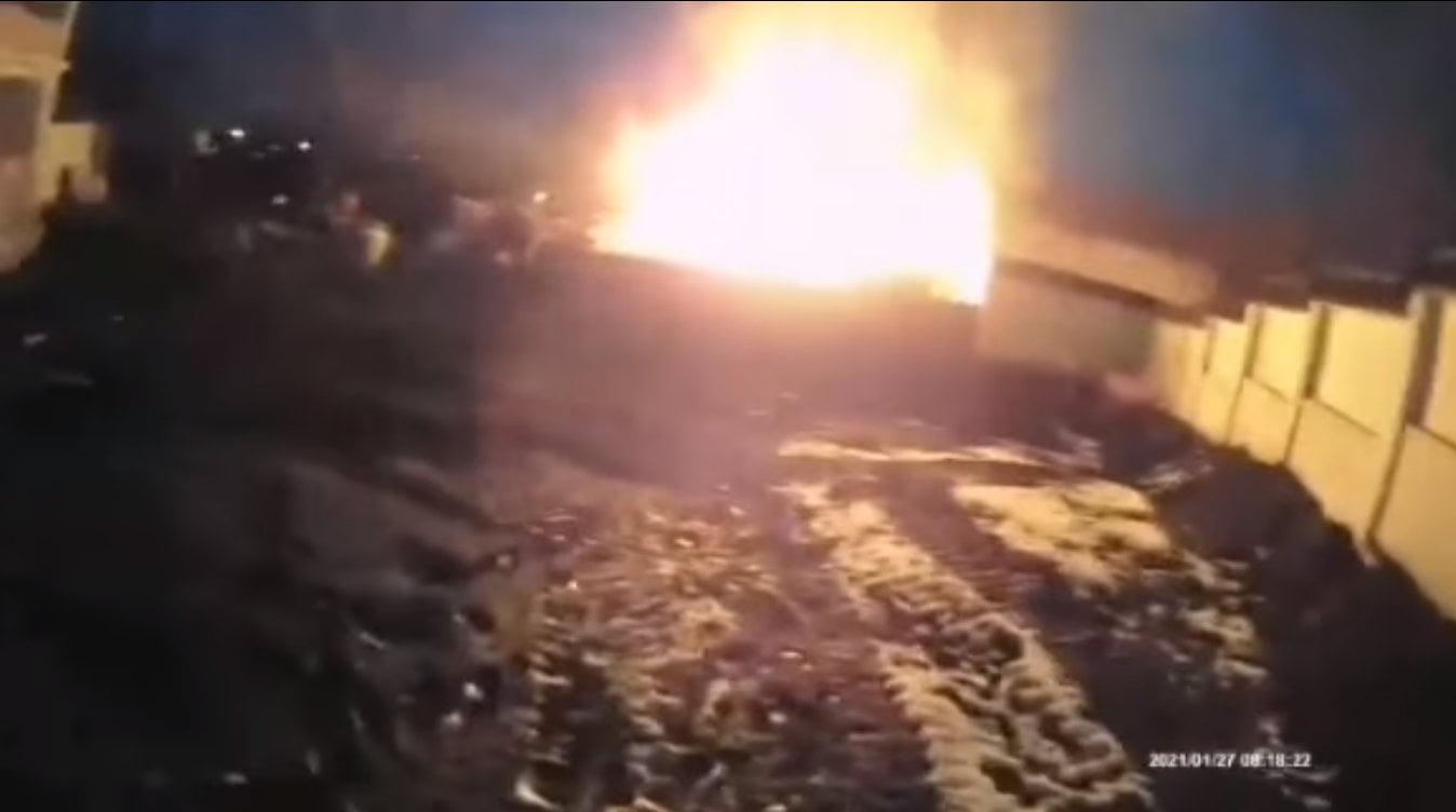 [VIDEO] Intervenție a jandarmilor și polițiștilor, în sprijinul unei bătrâne cu gospodăria în flăcări