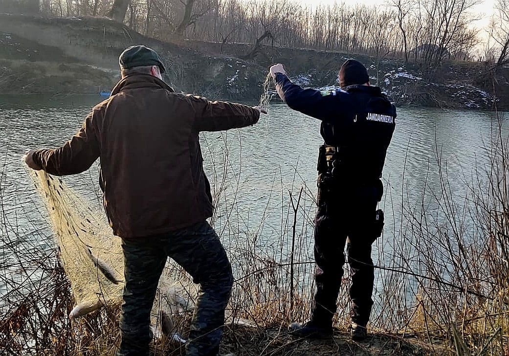 Pescari sancționați miercuri de jandarmi, pe Moldova și Siret