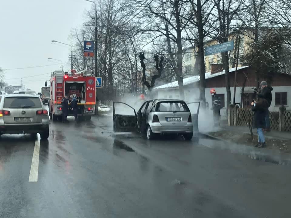 O mașină a luat foc pe E85