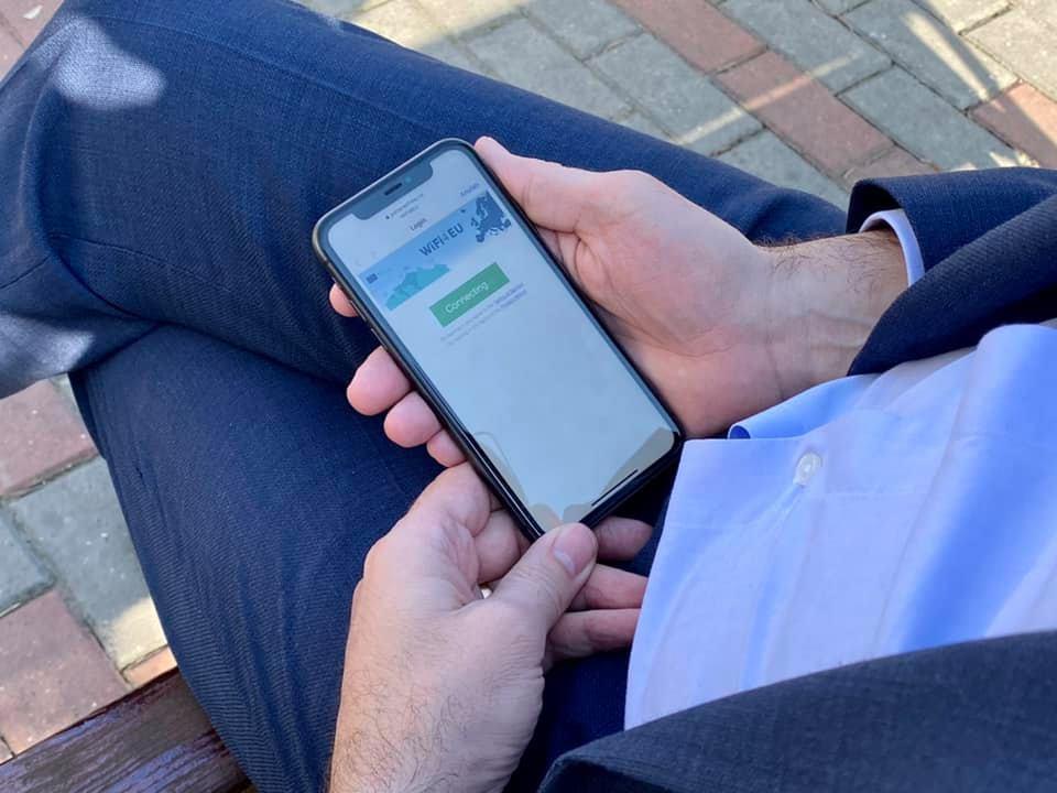 Internet Wi-Fi gratuit în 11 zone din municipiul Roman