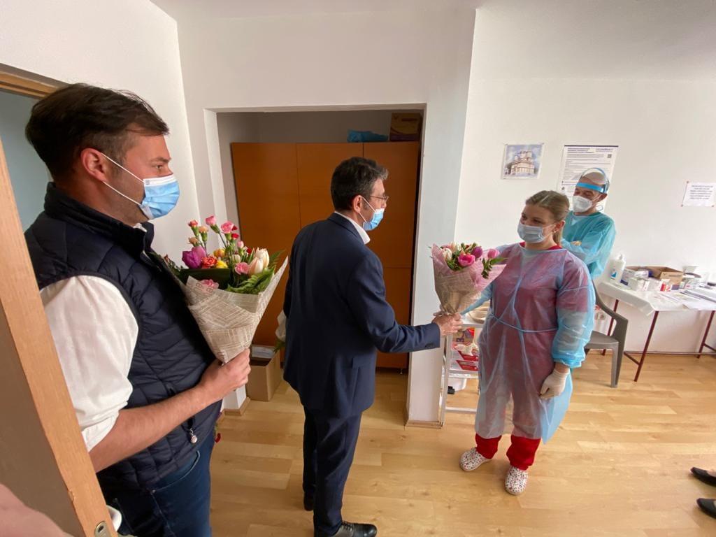 Prefectul Lazăr și primarul Achiriloaei au oferit flori asistentelor medicale de la centrul de vaccinare