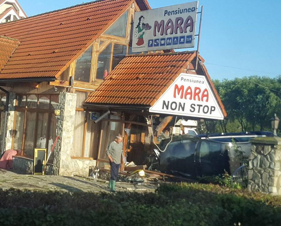 Un tânăr s-a răsturnat cu mașina pe E85, la intrarea în restaurantul Mara