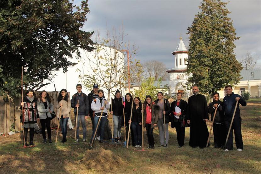 """Acțiune de ecologizare la Centrul de zi al Fundației """"Episcop Melchisedec"""" din Roman"""