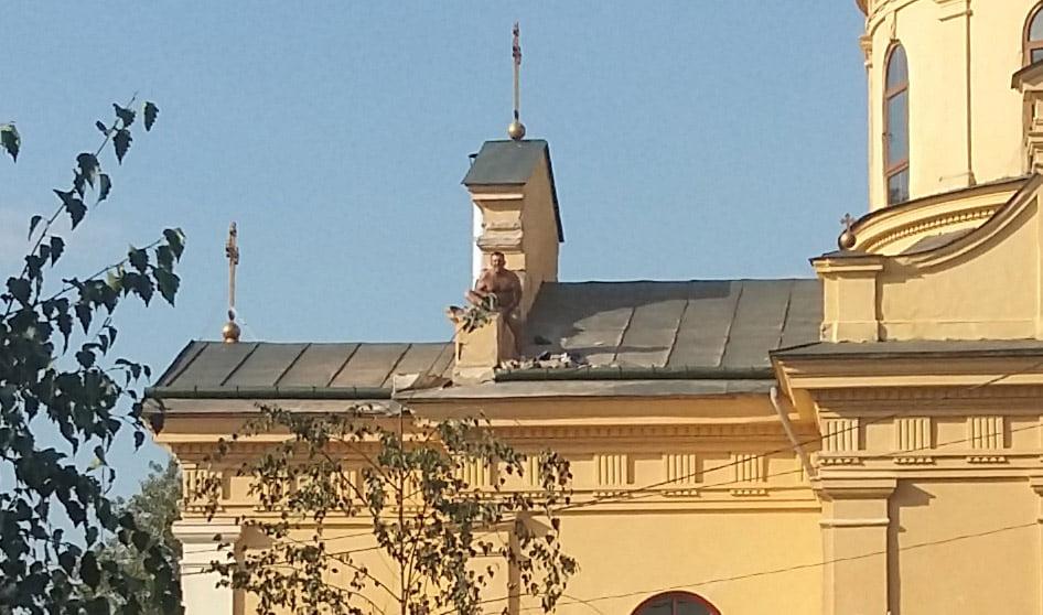 Concluziile autorităților după ce un bărbat s-a urcat pe acoperișul bisericii din Cimitirul Eternitatea