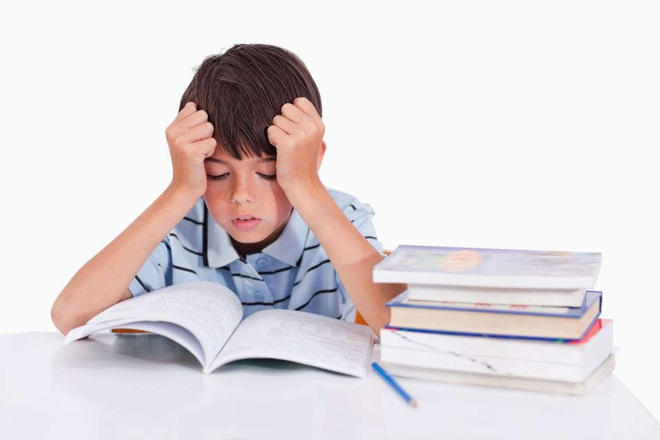 """Ministerul Educației vrea să afle de la elevi dacă temele pentru acasă """"sunt plictisitoare"""" sau dacă le produc """"îngrijorare și stres"""""""